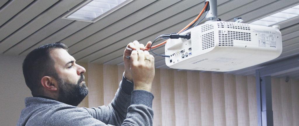Service: Montage und Installation von Medientechnik